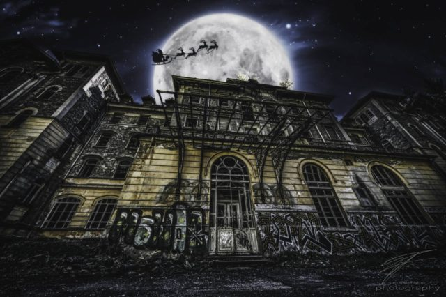 Santa flying over the Sanatorio san Gottardo